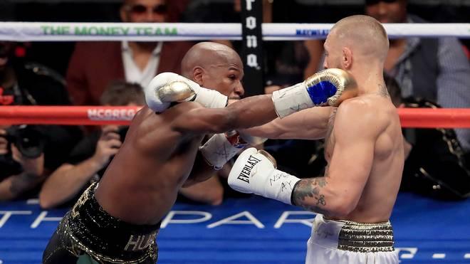Floyd Mayweather (l.) schlug Conor McGregor in seinem bisher letzten Kampf K.o