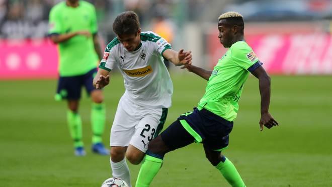 Schalke-Abwehrspieler Hamza Mendyl im Duell mit Jonas Hofmann