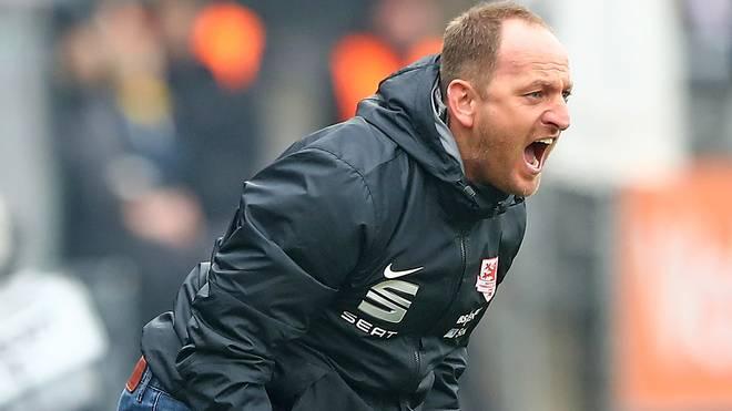Trainer Torsten Lieberknecht von Eintracht Braunschweig schreit an der Seitenlinie
