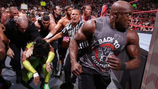 Bobby Lashley (r.) prügelte sich bei WWE Monday Night RAW vor Extreme Rules mit Roman Reigns