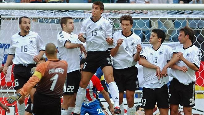 WM 2002: Jose Luis Chilavert schießt einen Freistoß, Michael Ballack (2.v.r.) steht in der Mauer