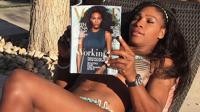 """Sonnige Auszeit mit guter Lektüre: Serena Williams liest """"ihr"""" Magazin."""
