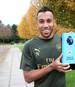 Pierre-Emerick Aubameyang präsentiert die Trophäe für den Spieler des Monats