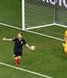 Kasper Schmeichel (r.) parierte gegen Kroatien drei Elfmeter, den entscheidenden von Ivan Rakitic nicht