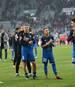 Nach dem Sieg in Augsburg feiern Hoffenheims Spieler gemeinsam mit den Fans