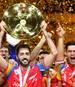 Spaniens Kapitän Raul Entrerrios reckt stolz die EM-Trophäe nach oben