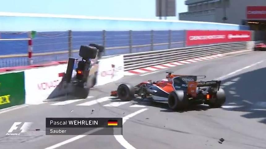 Ericsson feuert seinen maladen Boliden hinter dem Saftey Car mit kalten Reifen in die Streckenbegrenzung - ein Anfängerfehler! Wehrlein hat das Pech, von einem frustrierten Button weggebaggert zu werden. Ein Wochenende zum Vergessen