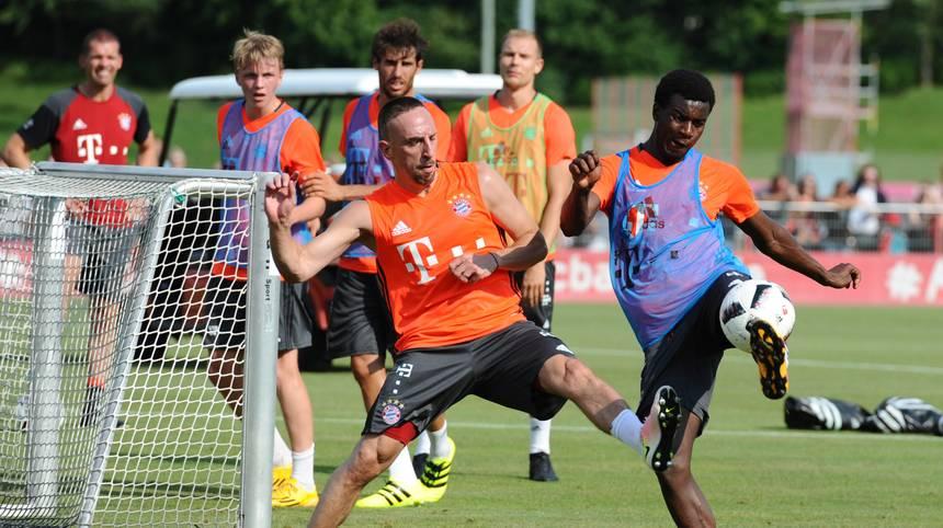 Ein bisschen gekickt wird natürlich auch. Felix Götze (2.v.l.), jüngerer Bruder von Mario Götze, gehört ebenfalls zur Trainingsgruppe des FC Bayern