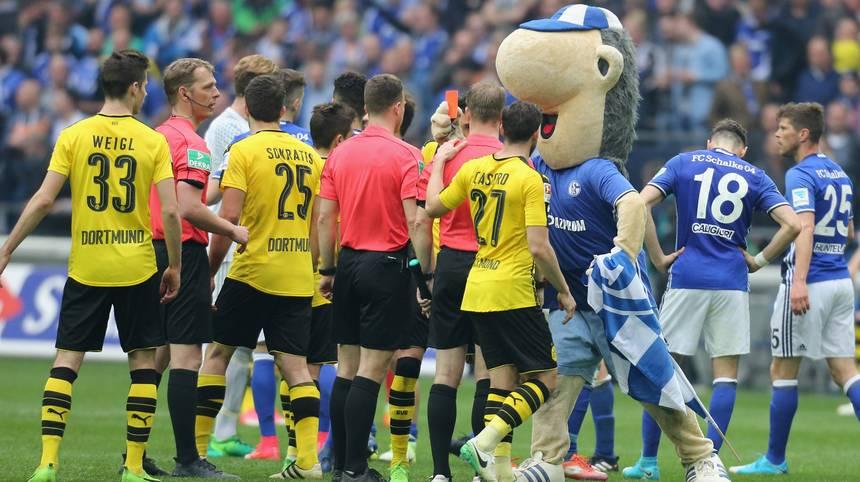 """Maskottchen """"Erwin"""" kam auf dem Platz und zeigt Schiedsrichter Felix Zwayer Rot"""