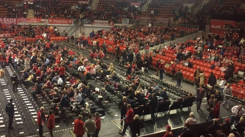 Unterdessen füllen sich rund eine Stunde vor dem Beginn der JHV auch die Plätze im Inneren der Arena