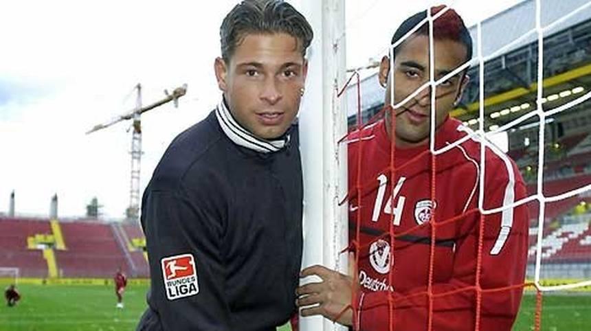In seiner Anfangszeit beim 1. FC Kaiserslautern muss der junge Tim Wiese überall mit anpacken und baut schon mal mit Teamkollege Selim Teber das Tor ab
