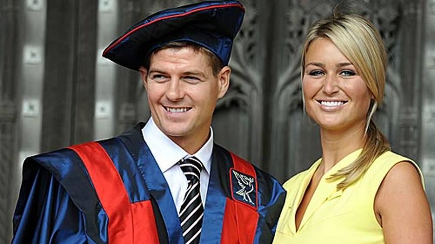 """Privat hat Gerrard mit Ehefrau Alex sein Glück gefunden. Seit 2002 ist er mit der früheren Nageldesignerin zusammen, 2007 heiratete er das Model und """"Über-WAG"""" (""""The Times"""")"""